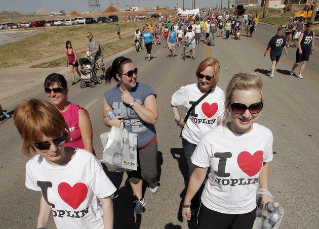 Numa cerimônia em 2012, moradores de Joplin, Missouri, caminham ao longo do trajeto seguido por um tornado...
