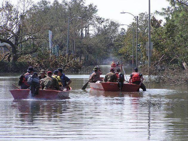 Barcos resgatam pessoas nas ruas inundadas de Nova Orleans após a passagem do furacão Katrina, em 11...
