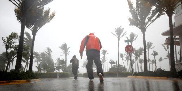 Após assolar Caribe, Furacão Irma chega na Flórida e faz suas primeiras