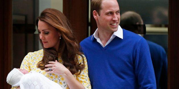 O príncipe William e sua mulher, Catherine, a duquesa de Cambridge, aparecem com a filha recém-nascida...