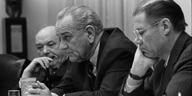 O secretário de Estado Dean Rusk, o presidente Lyndon Johnson e o secretário da Defesa Robert