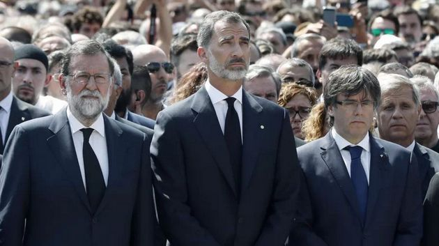 O primeiro-ministro Mariano Rajoy, o rei Felipe VI e o presidente do governo da Catalunha, Carles Puigdemont,...