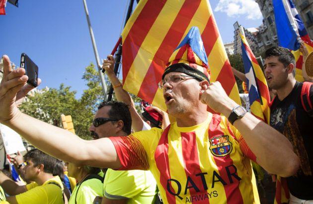 Manifestante secessionista comemora o Dia Nacional de Catalunha de