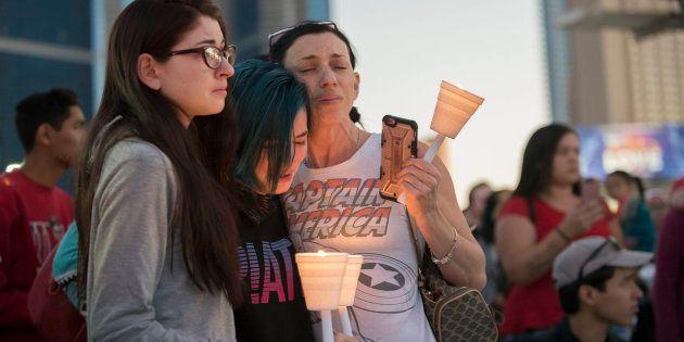Participantes da vigília à luz de velas no norte da Las Vegas Strip, na frente do hotel e cassino SLS,...