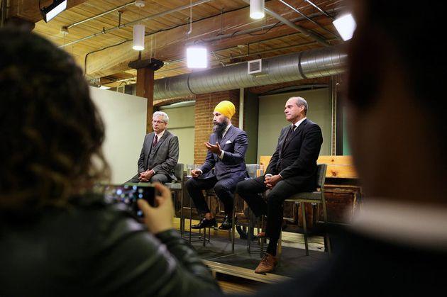 Jagmeet Singh, no centro, estava sem meias no debate do NPD, promovido pelo HuffPost Canadá no dia 27...