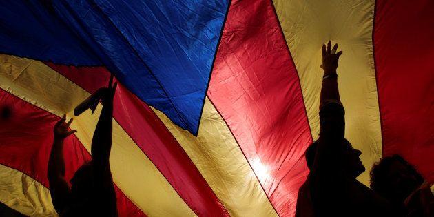 Antes do seu discurso, Puidgemont participou de uma grande manifestação no centro de Barcelona contra...