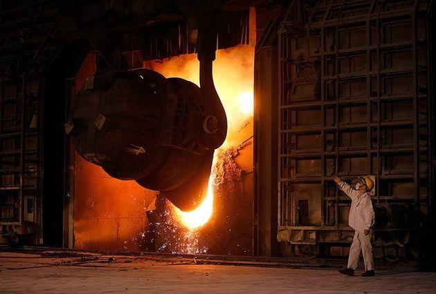Trabalhador de siderúrgica em vilarejo de Jingyin, na Província de