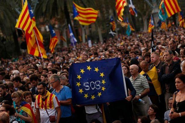 Manifestantes pró-secessão erguem bandeira da União Europeia em passeata em