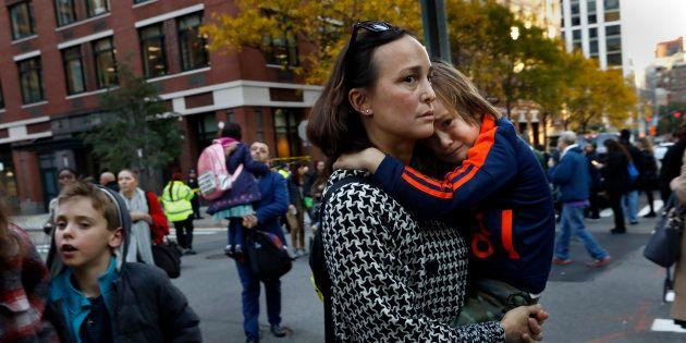 Pais buscam as crianças em escola pública em Manhattan, bem próximo à ciclovia onde houve os