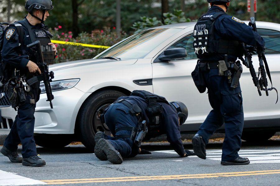 Integrantes da SWAT checam se há explosivos sob carro em