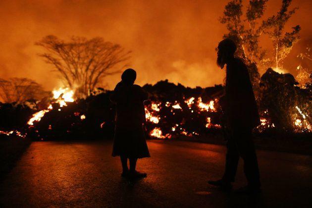 As imagens impressionantes do vulcão que transformou uma rua em um 'mar de lava' no