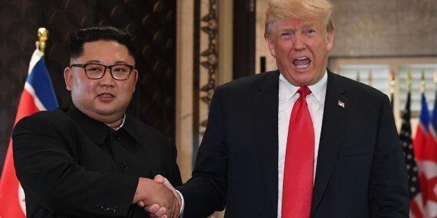 O tão esperado aperto de mão entre Kim Jong-un e Donald Trump nesta terça-feira (12) na ilha de Sentosa,...