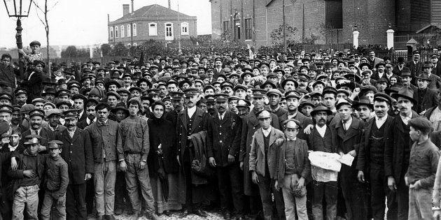 Em 1917, trabalhadores de São Paulo impulsionado por anarquistas cruzaram os braços e entraram para a
