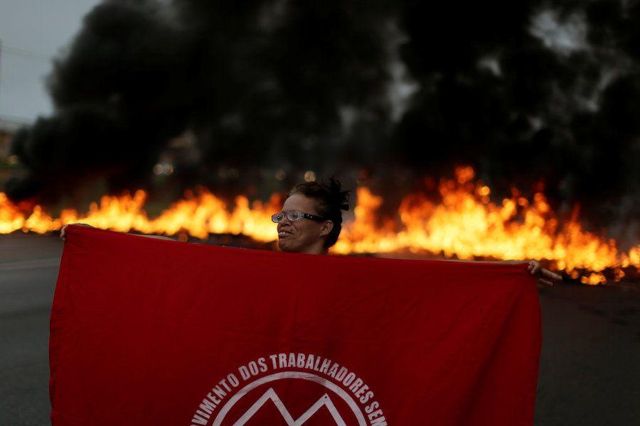 Membro do MTST em protesto em