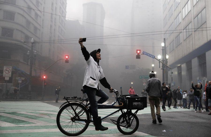 Trabalhador grava protesto contra Temer em São Paulo nesta