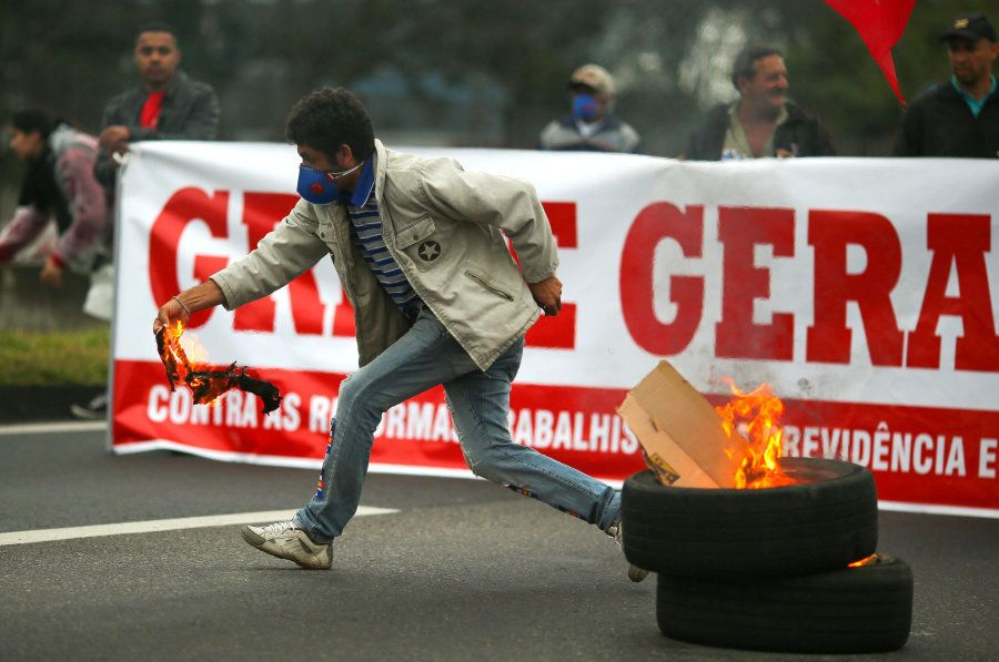 Protesto na rodovia Dutra contra reforma