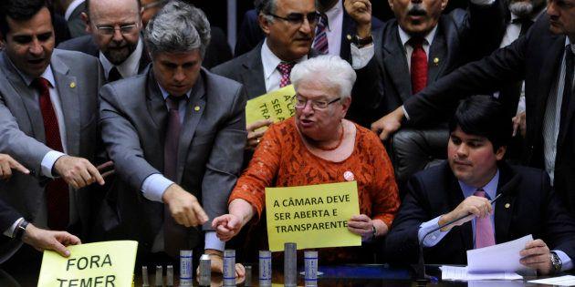 Oposição ocupa Mesa da Câmara dos Deputados em protesto contra o presidente Michel