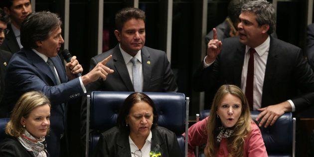 Senadoras Gleisi Hoffmann, Fátima Bezerra e Vanessa Grazziotin ocupam mesa diretora no plenário do