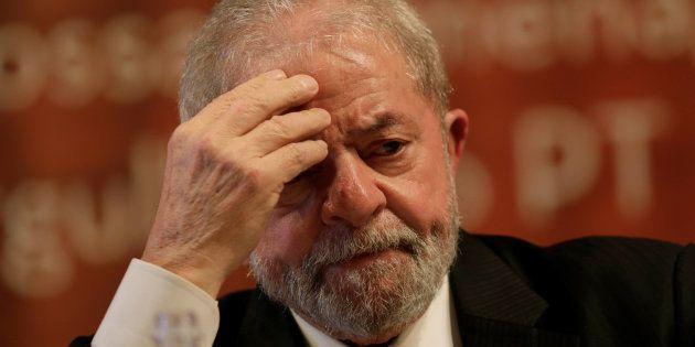 Moro também já determinou o bloqueio de três imóveis do líder petista, incluindo sua residência, e de...