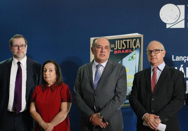 Presidente do TSE na cerimônia de lançamento do Anuário da Justiça Brasil ao lado de Márcio Chaer (à