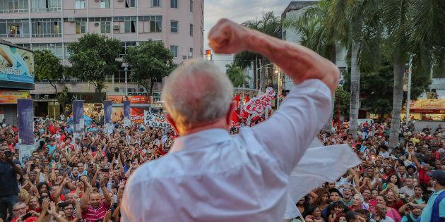 Ônibus de Santa Catarina e Paraná com militantes pró-Lula desembarcam desde domingo na capital