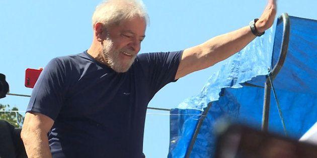 O ex-presidente Lula discursou neste sábado (7) em frente ao Sindicato dos Metalúrgicos do