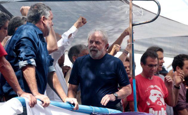 Lula discursou ao lado de políticos, militantes e celebridades em frente ao Sindicato dos Metalúrgicos...