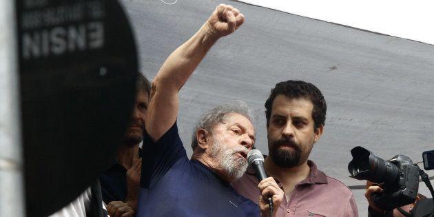Os únicos presidenciáveis citados por Lula em seu discurso foram Guilherme Boulos (à dir) e Manuela