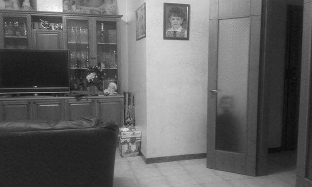 Esta sombra misteriosa atrás da porta está deixando as pessoas muito