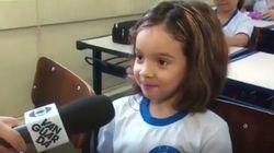 Esta menininha está se sentindo completamente adorável em seu primeiro dia de