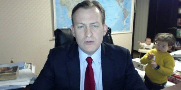 Professor Robert Kelly falava ao vivo para a TV BBC quando foi interrompido por seus dois