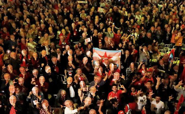 Centenas de 'Lulas' lotam andar na Casa de Portugal, na Liberdade, em São