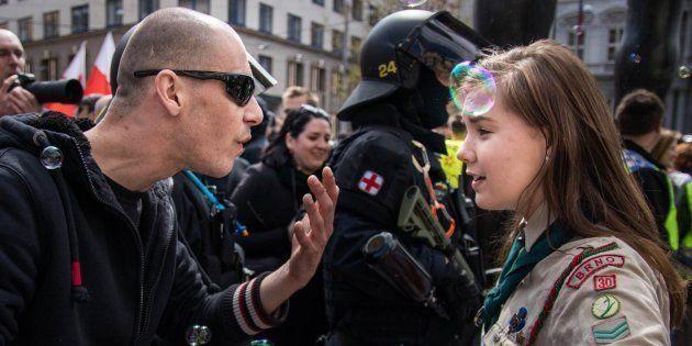 Lucie se manteve firme frente a um representante do gruponeonazista em um comício de