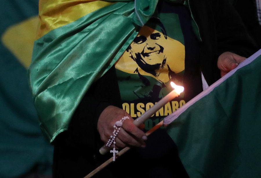 Uma mulher, envolvida com a bandeira do Brasil e camiseta de apoio a Jair Bolsonaro faz vigília em Juiz...