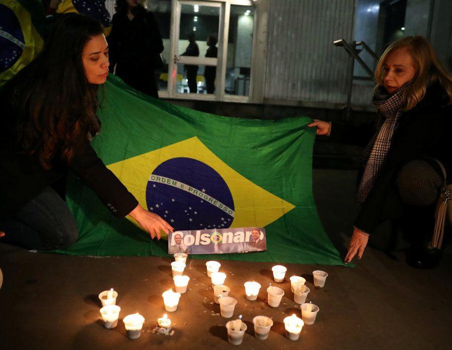 Apoiadoras estendem bandeira do Brasil em apoio a Jair Bolsonaro na frente da Santa Casa de Misericórdia...