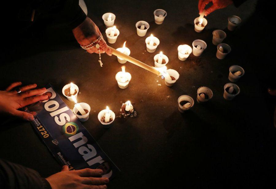 Apoiadores acendem velas em apoio a Jair