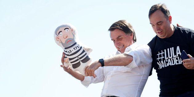 Na véspera do atentado, Bolsonaro brinca de chutar pixuleco, que representa o ex-presidente