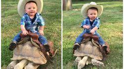 Este bebê cowboy em sua tartaruga gigante é o que você precisa pra começar bem o