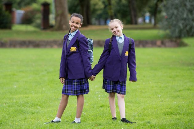 Millie (à esquerda) e Marcia Biggs, 11, se preparam para começar o ensino