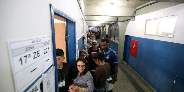 Colégio Ayrton Senna, no Rio de Janeiro, recebe população em sala de votação neste domingo