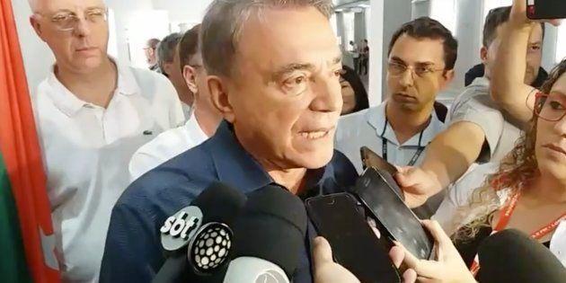 Candidato do podemos falou com jornalistas após votar em Londrina