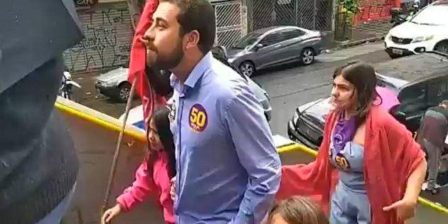 Guilherme Boulos, candidato à Presidência pelo PSOL, chega na PUC acompanhado da