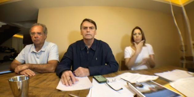 Em um vídeo feito em casa, Bolsonaro afirma que recebeu diversas críticas de eleitores que supostamente...