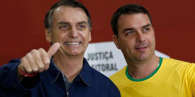 Jair Bolsonaro, líder no 1ºturno, ao lado do filho, Flávio Bolsonaro, senador eleito pelo Rio de
