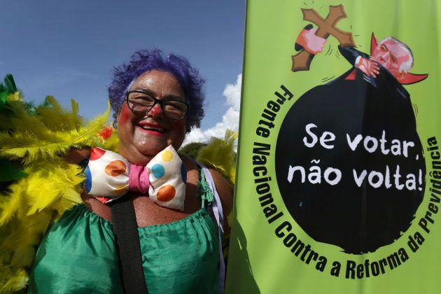 No bloco Pacotão, em Brasília, foliã faz crítica à reforma da Previdência proposta por Michel