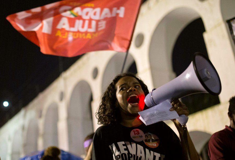 Manifestante pró-Haddad participa de ato nos Arcos da Lapa, no Rio de