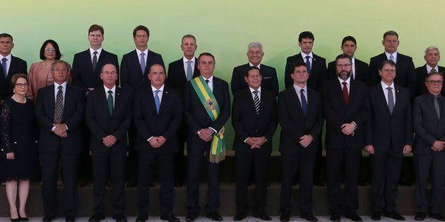 Bolsonaro e sua equipe com 22