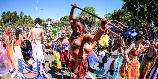 Bailarina Conceição Carlos encarna diaba com seios nus em desfile da Orquestra Voadora no