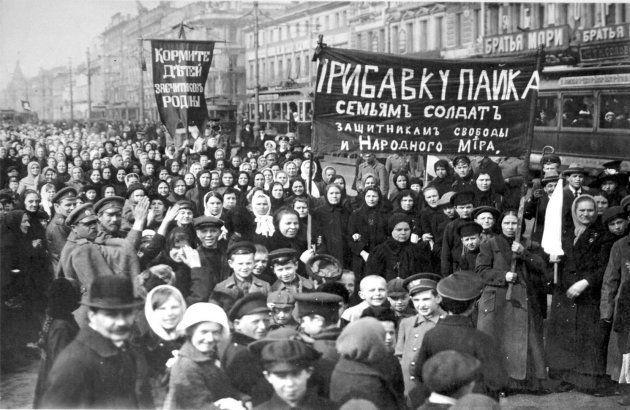 Manifestação das mulheres pelas ruas de Petrogrado, capital da Rússia, em