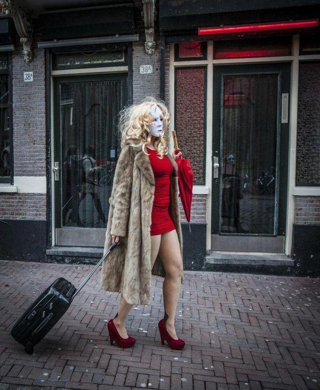 Profissional do sexo caminha nas ruas da Holanda, rumo à